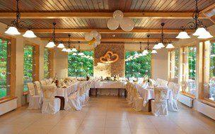 Balti, puošnūs vestuviniai stalai