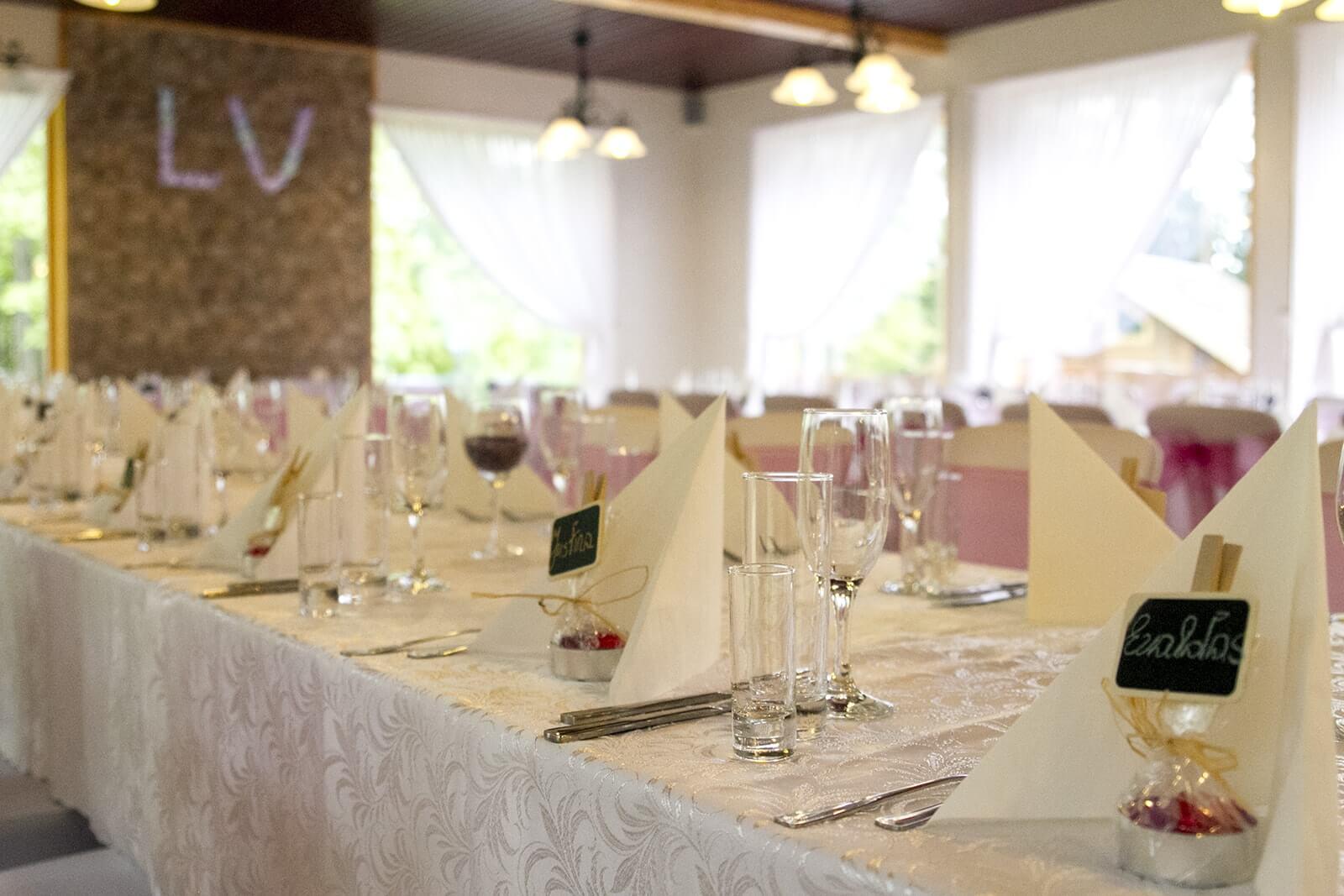vestuvinis stalas sodyboje Žalioji